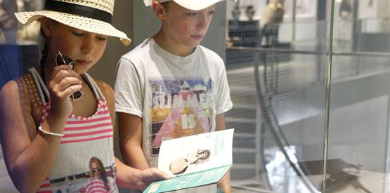 enfants avec le carnet de la Schola Romana