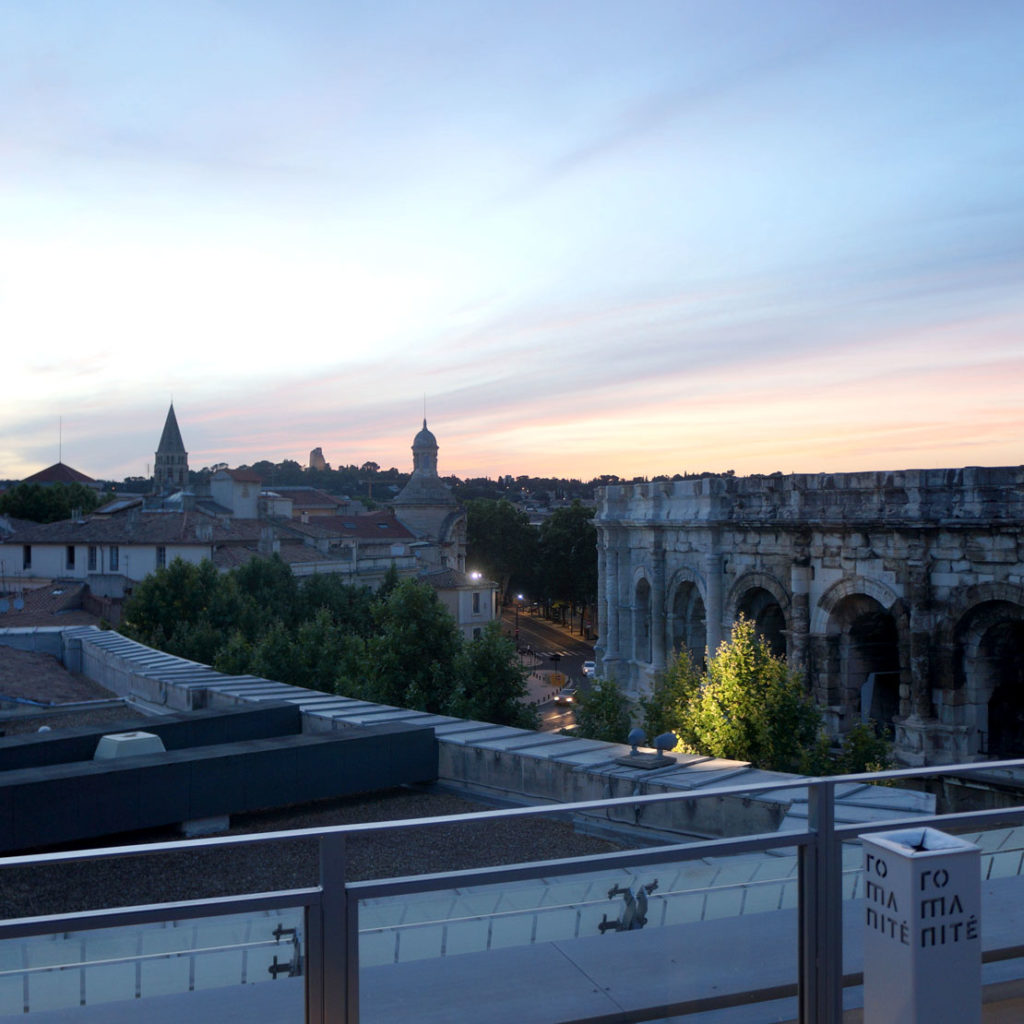 vue de Nîmes et ses arènes depuis le rooftop au couchant