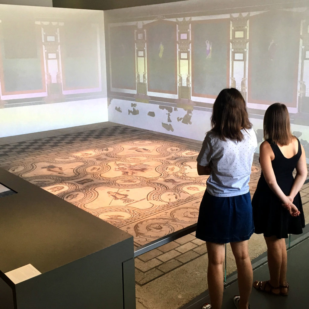 jeunes femmes regardant la mosaïque de Penthée
