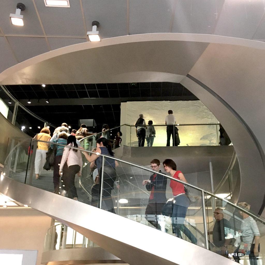 visiteurs dans les escaliers du musée