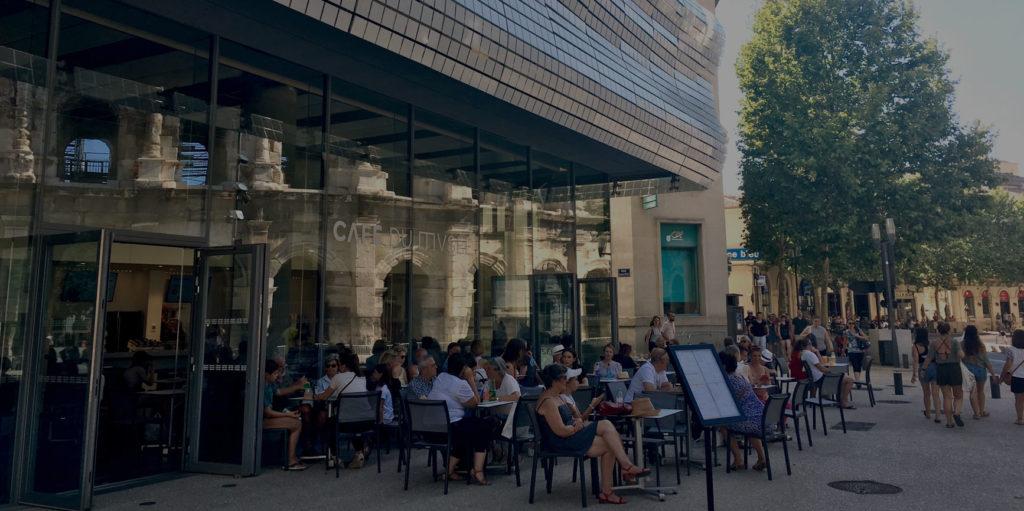 visiteurs assis à la terrasse du café du musée de la romanité
