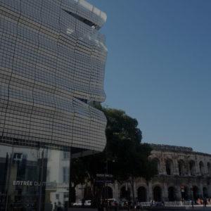 vis-à-vis entre la façade du musée et les arènes de Nîmes
