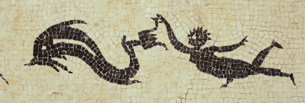 mosaïque représentant un personnage qui nage avec un poisson