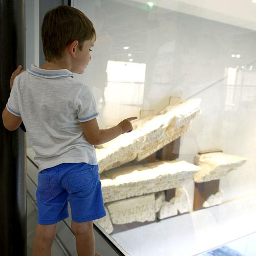 jeune garçon regardant une salle du musée depuis la mezzanine