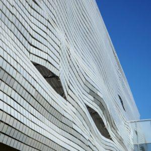 détail du drapé de la façade du musée de la romanité