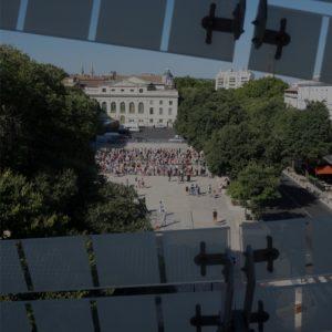 vue sur l'esplanade des arènes depuis l'intérieur du musée