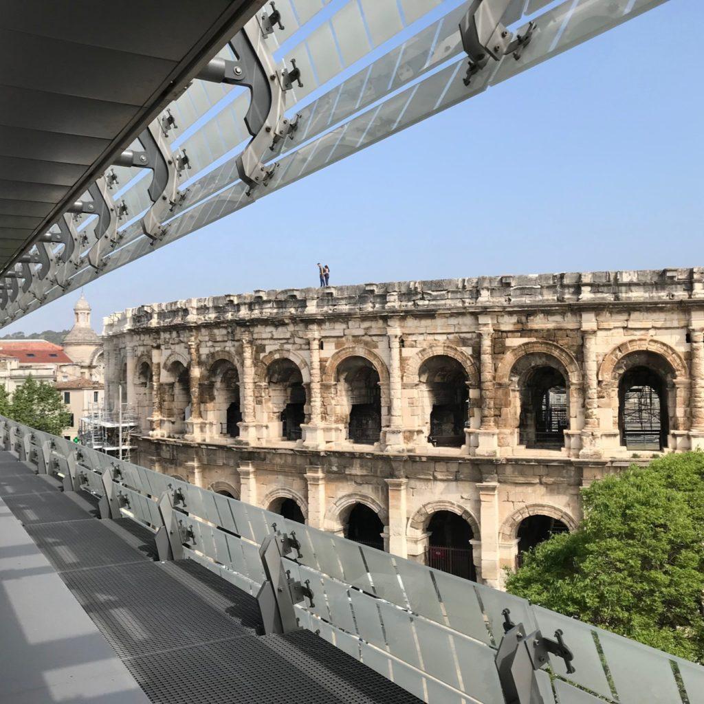 vue sur les arènes de Nîmes depuis l'intérieur du musée de la romanité