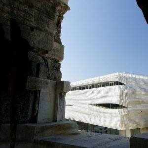 vue de la façade du musée de la romanité depuis l'intérieur des arènes de Nîmes
