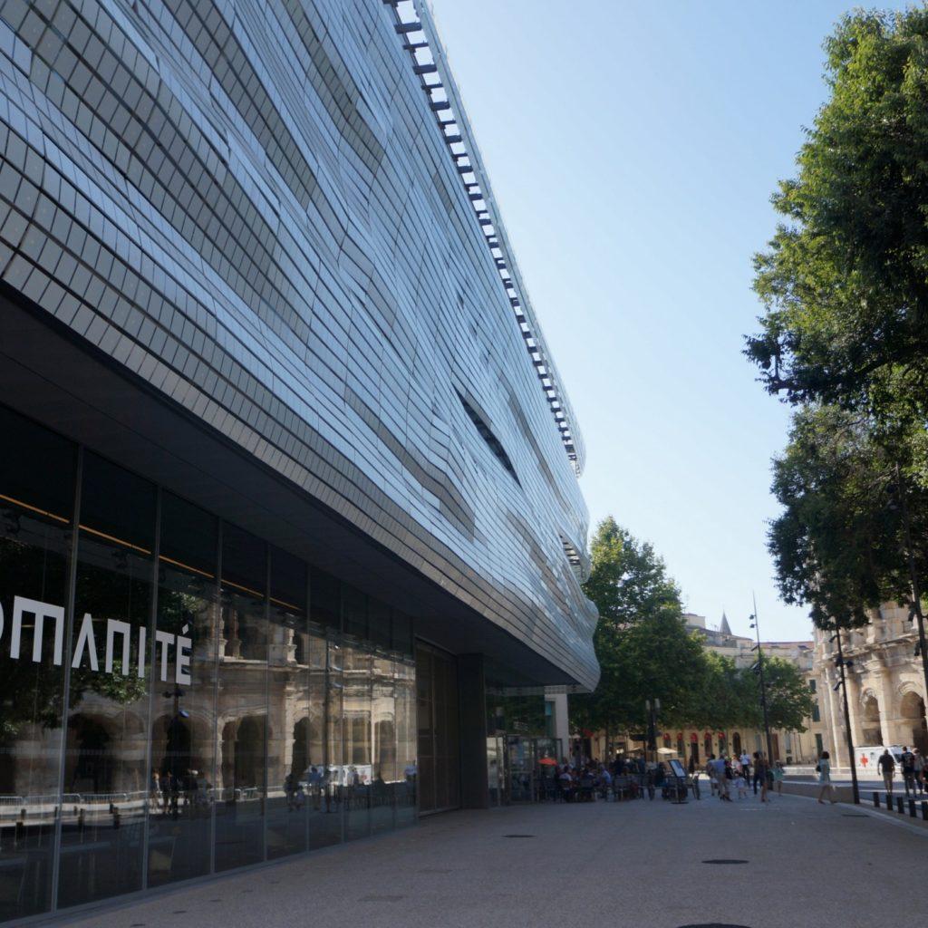 vue du drapé de la façade du musée depuis la rue