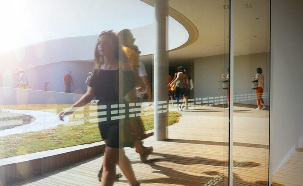 visiteurs déambulant sur le rooftop du musée