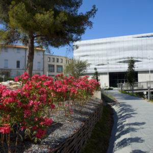 vue de la façade du musée depuis le jardin avec fleurs au premier plan