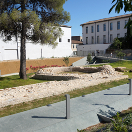 fondations de l'enceinte de l'ancien rempart augustéen dans le jardin archéologique
