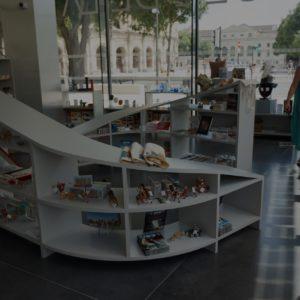intérieur de la librairie boutique du musée