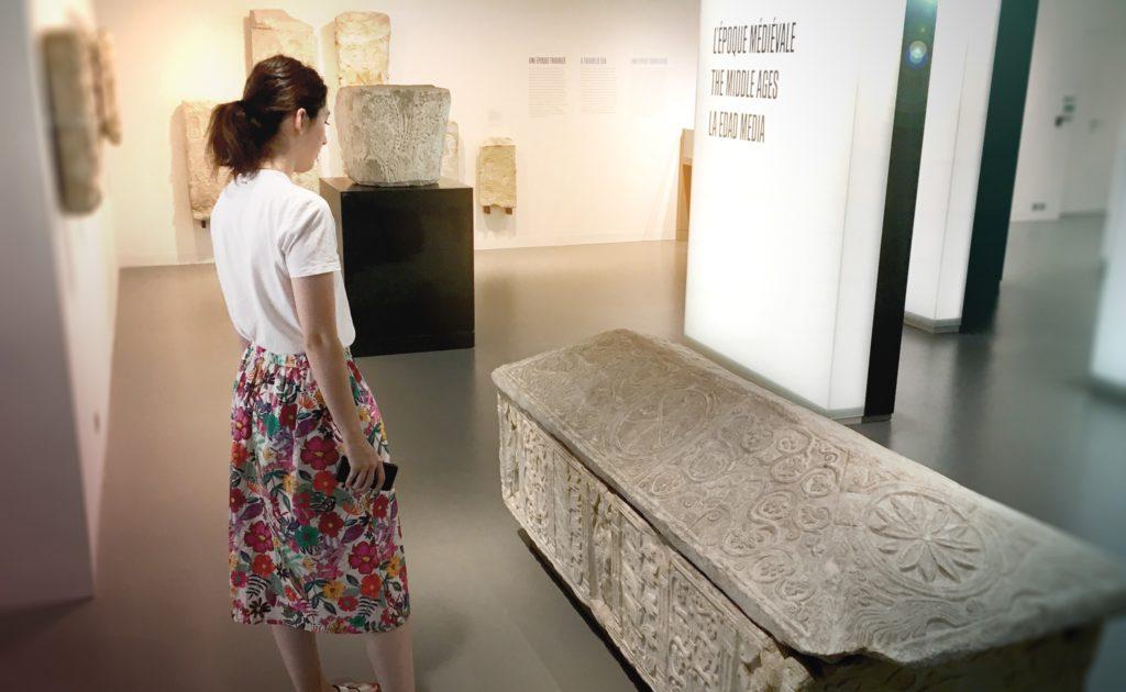 jeune femme observant le sarcophage de Valbonne