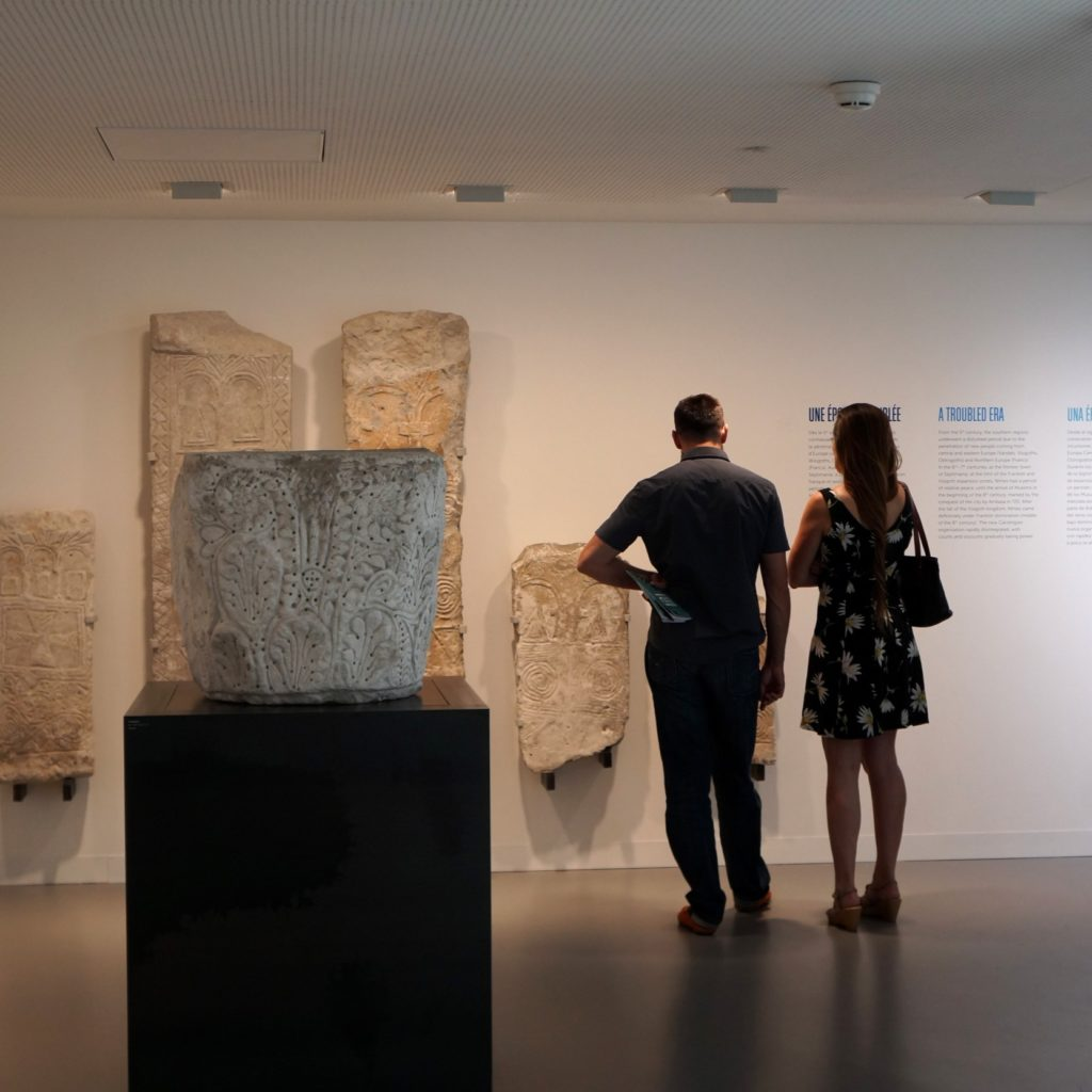 couple admirant les stèles wisigothiques