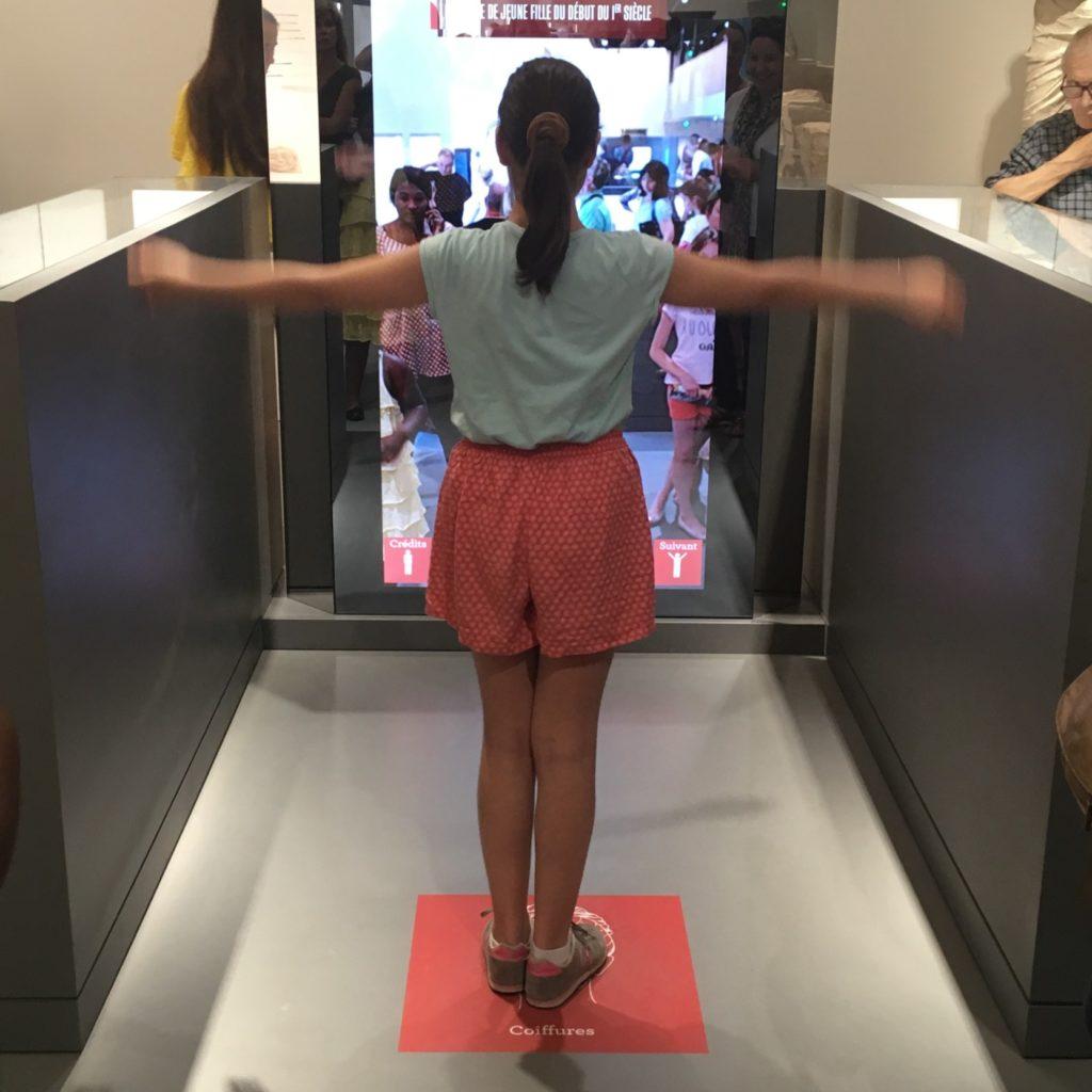 jeune fille jouant avec un dispositif multimédia de réalité augmentée
