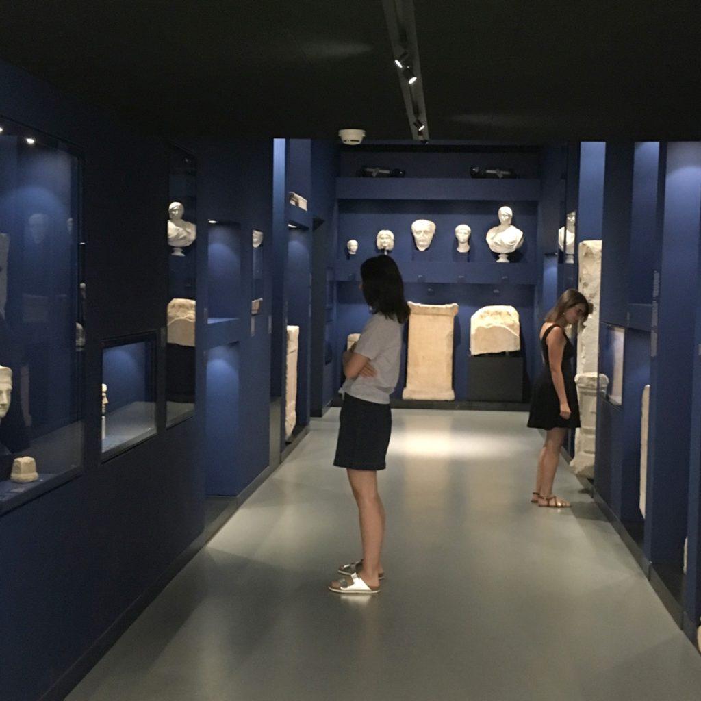 """jeunes femmes observant les pièces dans le """"tunnel des religions"""""""