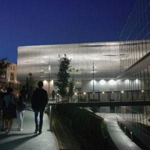 visiteurs se dirigeant vers le musée de nuit