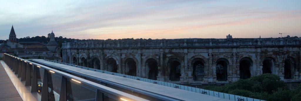 vue sur les arènes de Nîmes depuis le rooftop du musée au couchant