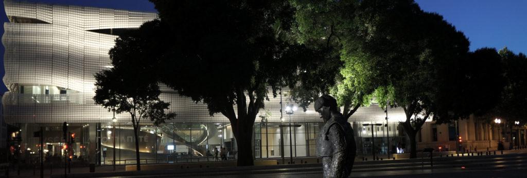 vue nocturne du musée avec statue de toréador au premier plan