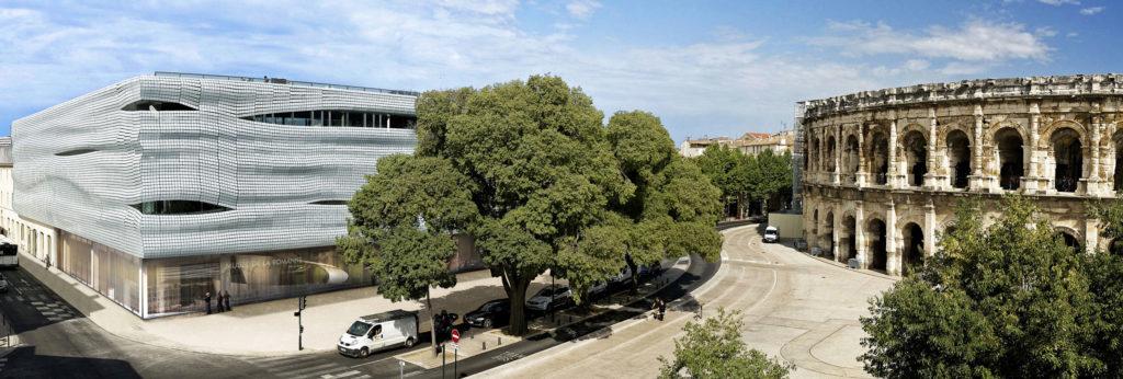 vis à vis du musée de la romanité avec les arènes de Nîmes