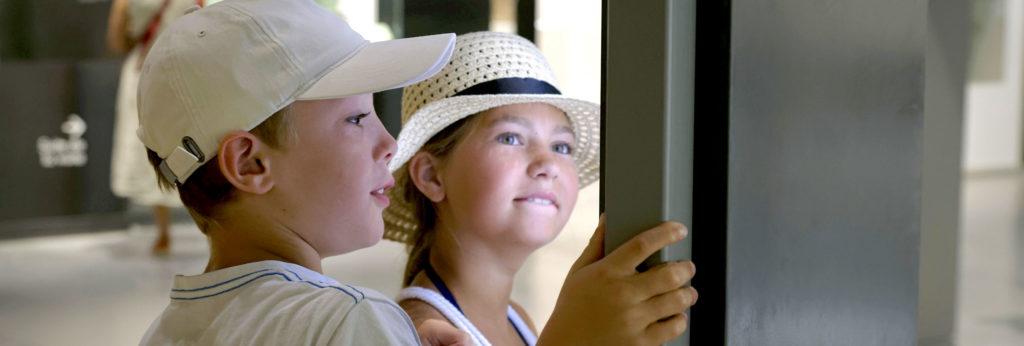 enfants en visite au musée de la romanité