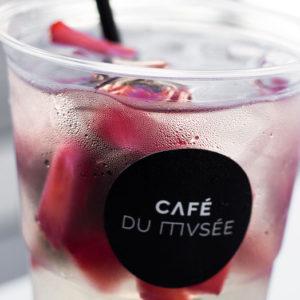 boisson dans gobelet du café du musée