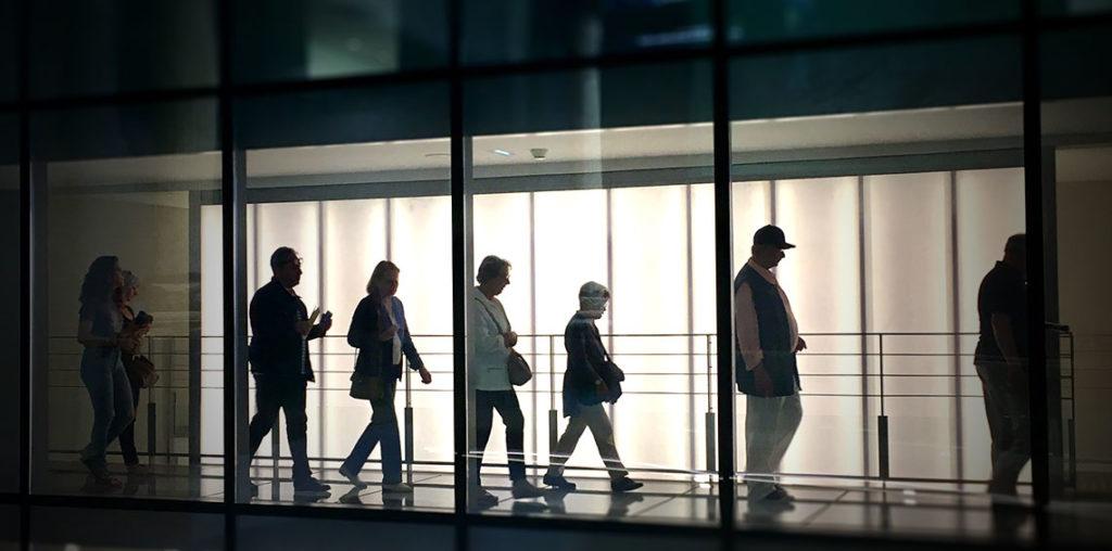 groupe de visiteurs dans le musée
