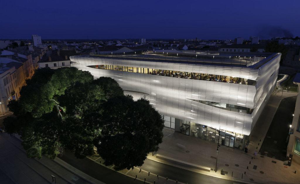 vue en plongée du musée de la romanité de nuit