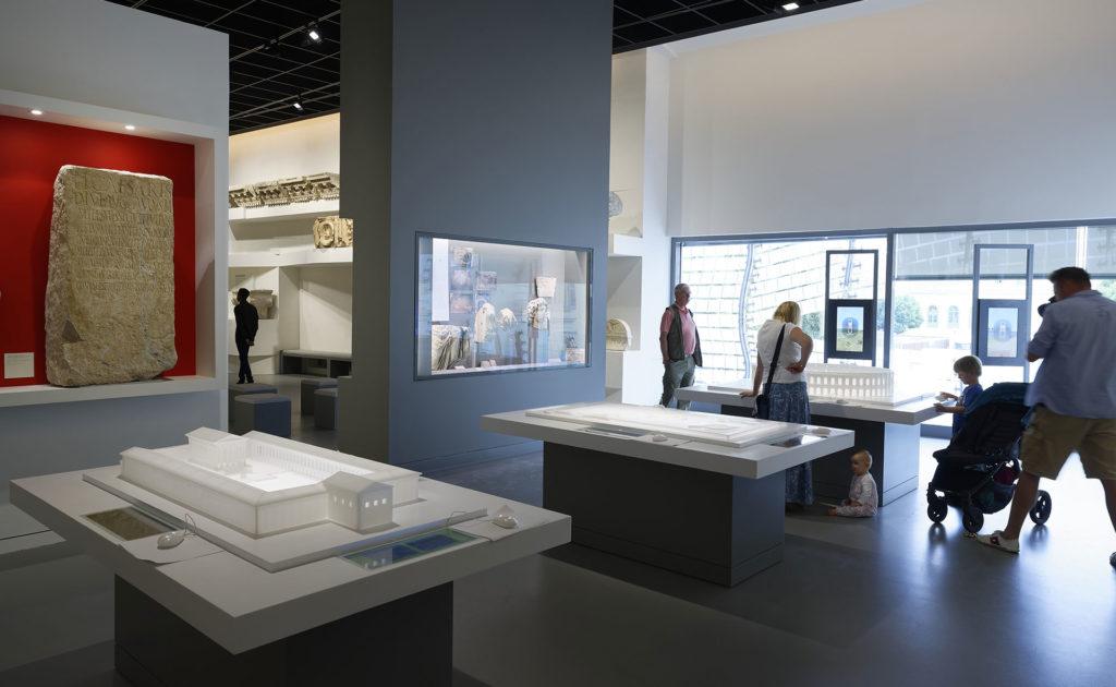 visiteurs dans le musée