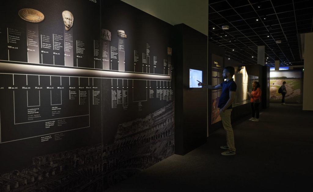 visiteur visitant l'exposition sur les gladiateurs