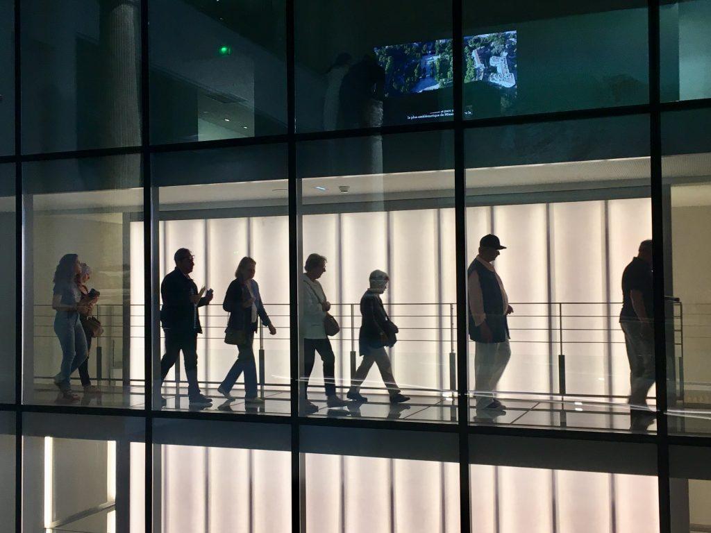 visiteurs au Musée - jeux de transparence - Stéphane Ramillon