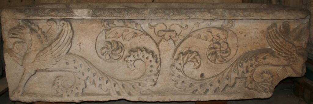 frise griffons avant restauration - Musée de la Romanité - Nîmes